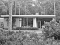 Tuinzijde met rechts een overdekt terras, 1957