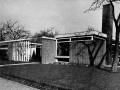 haren-fazantenlaan-van-houten-en-nijenhuis-bj-1958-voorhof-met-hoofdentree-in-westgevel
