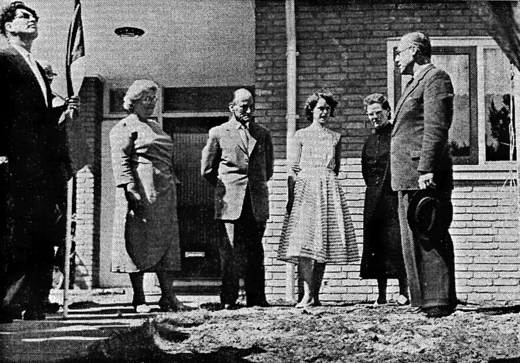 De familie Wagenaar voor de deur van hun eigen huis op de dag dat vertegenwoordigers van het Bouwfonds de sleutel overhandigen aan de bewoners.